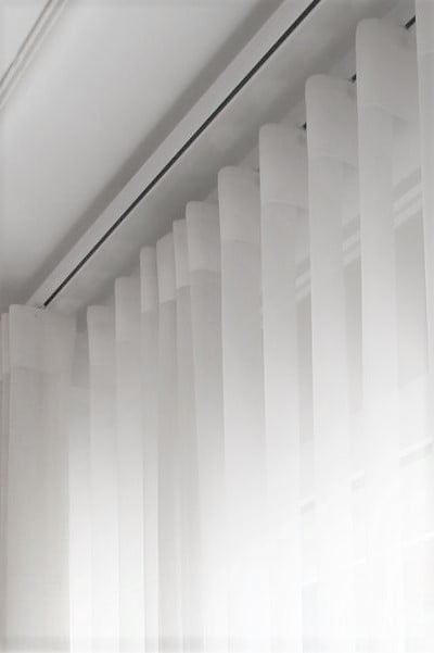 Cortina de Voil Pérola com Forro Blackout 100% - Trilho Suisso Max Simples - 2,70 x 2,90 (2 partes)